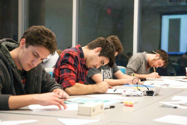 Studenti che fanno una simulazione. Test di Medicina